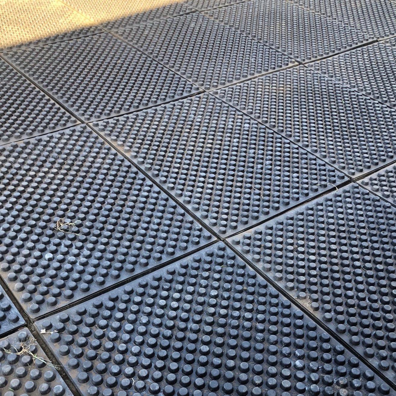 Paddock mats with sand